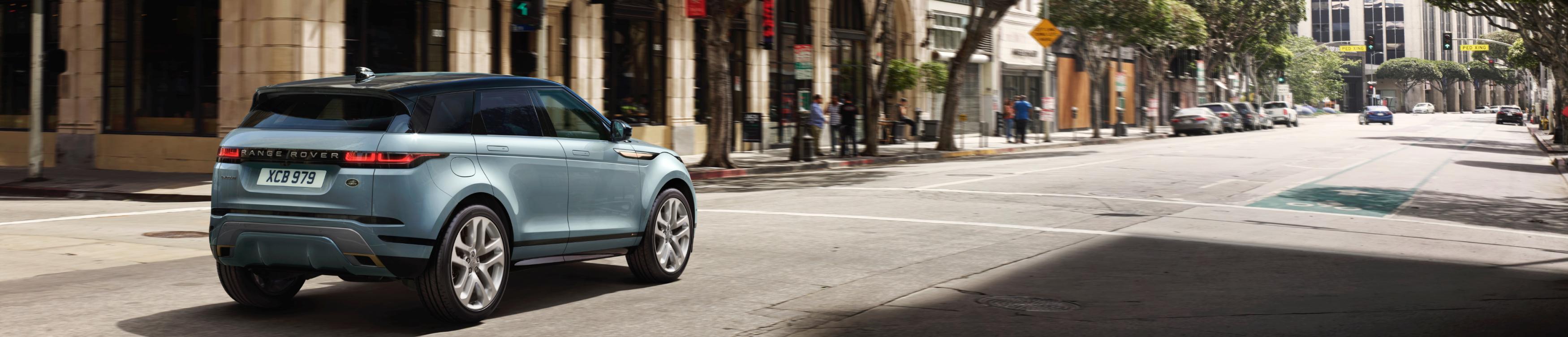 Ein blaues Auto auf einer Straße